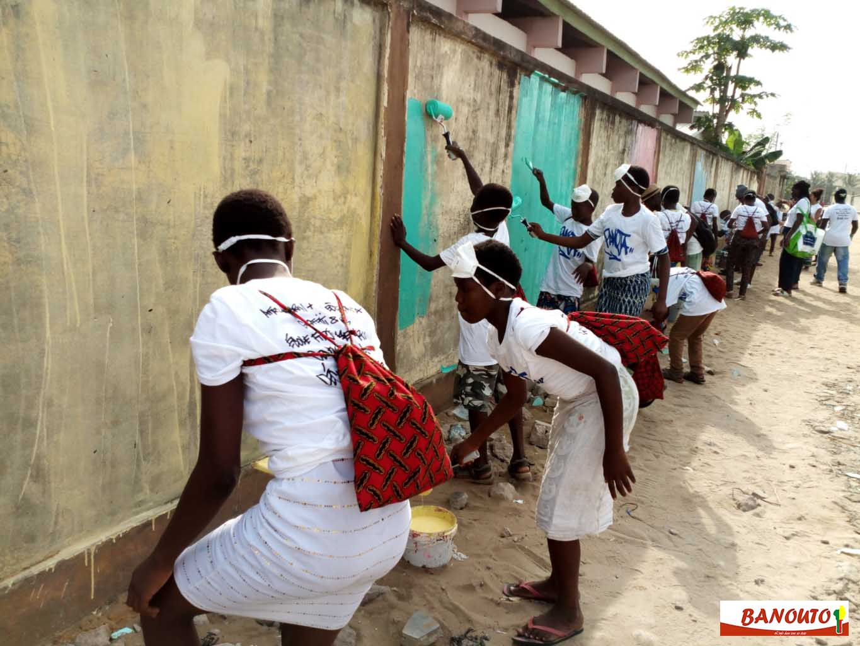 des enfants préparent le mur à recevoir des graffiti pour la cause de l'environnement à Cotonou